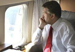 Ющенко смотрит в окно иллюминатора во время полета в Чернобыль. 26 апреля