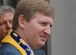 Народный депутат Ренат Ахметов пришел в Верховную Раду в шарфе сборной Украины по футболу. Киев, 14 июня
