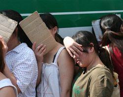 Незаконні мігранти з Китаю у статусі депортованих залишають українську землю. Бориспільський міжнародний аеропорт, 26 червня