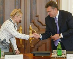 Юлия Тимошенко и Виктор Янукович приветствуют друг друга на круглом столе в Секретариате Президента. Киев, 27 июля