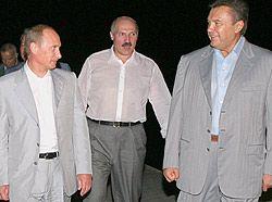 Владимир Путин, Александр Лукашенко и Виктор Янукович общаются во время саммита Евразийского экономического содружества. Сочи, 15 августа