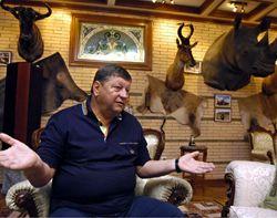 Александр Волков рассказывает о своих охотничьих трофеях в собственном особняке на Осокорках. Киев, 20 октября