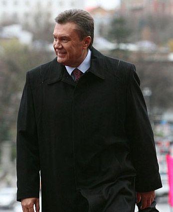Янукович носить на собі 90 тисяч фото