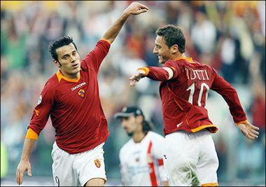 Форвард Ромы Винченцо Монтелла поздравляет капитана Франческо Тотти с забитым голом в ворота Катаньи