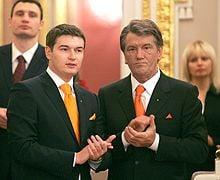 Андрій Ющенко (син) та Віктор Ющенко (батько) прийшли на свято в помаранчевих краватках