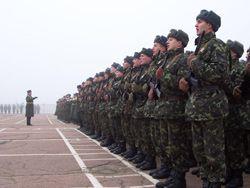Молодые солдаты после церемонии принесения воинской присяги