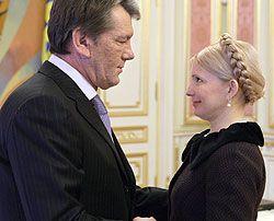 Виктор Ющенко и Юлия Тимошенко здороваются во время встречи. Киев, 6 декабря