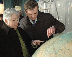Віра Шелудченко і Юрій Павленко намагаються знайти місто Житомир на глобусі. 12 січня