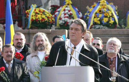 Президент Украины Виктор Ющенко выступает на торжественной церемонии по случаю 193-й годовщины со дня рождения Тараса Шевченко у памятника Кобзарю в Киеве