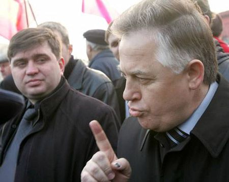 Лидер Коммунистической партии Украины Петр Симоненко пытается пройти к памятнику Т.Шевченко для возложения цветов по случаю 193-й годовщины со дня рождения поэта