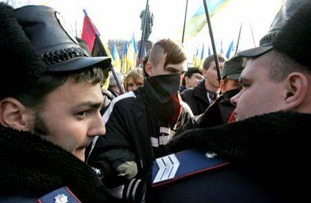 Милиционеры стоят между приверженцами разных политических сил в день 193-летия Т.Шевченко недалеко от памятника Кобзарю
