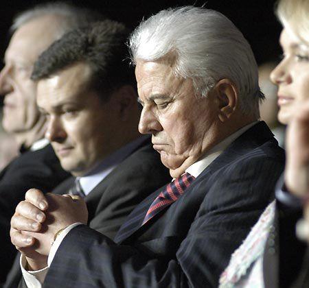 Еще один экс-президент: короткая молитва перед выходом на сцену