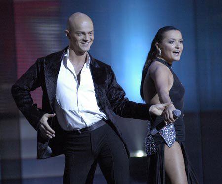 и поющие вместе танцоры: Наталья Могилевская и Влад Яма