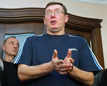 Луценко: «Пока я свободный гражданин и на меня не надели наручники - я буду давать комментарии»