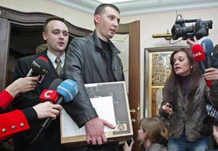По словам Луценко, следователи выписали ему повестки на допросы в Генеральную прокуратуру на несколько дней вперед. Он расписался пока только в четырех повестках на ближайшие дни