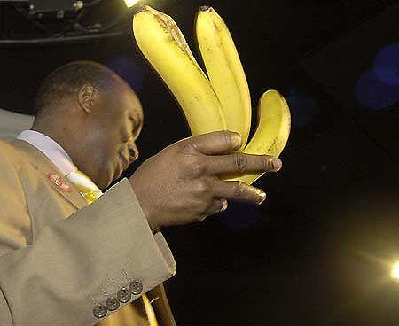 Тоді націоналіст жбурнув зв'язку бананів і влучив просто в чорного пастора
