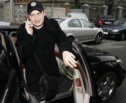 Андрей Данилко выходит из автомобиля перед пресс-конференцией, посвященной подготовке к Евровидению-2007. Киев, 22 марта