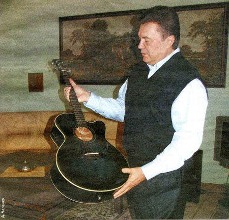 Как сообщили журналистам, премьер играет на гитаре...