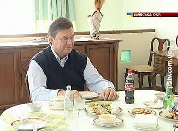 """За """"столом на шесть персон"""", о котором Янукович также рассказывал на пресс-конференции, уточняя максимально возможное число представителей прессы на один визит, семья Януковичей не часто собирается в полном составе. Виктор Федорович говорит, что искушал старшего сына переездом в столицу и местом в Партии регионов. Однако Александр остался верен родному региону и своему бизнесу."""