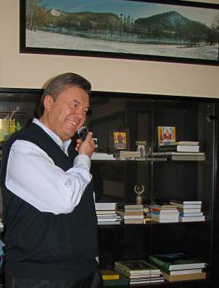 Пока премьер демонстрировал кабинет, позвонила теща. Короткое интервью по телефону для прессы: Подарки от зятя? - Регулярно. Отношения? - Замечательные. Анекдоты про тещу рассказывает? - Он скромный.