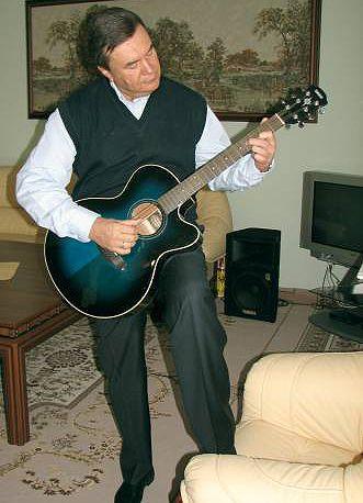 ... но на сей раз Янукович демонстрировать свое музыкальное мастерство не стал, сославшись на то, что инструмент расстроен
