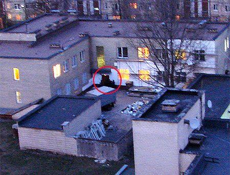 """Ось так кілер з горища, де він сидів, побачив двері, з яких виводили Курочкіна. Аби """"відкрити"""" звинуваченого, конвоїр мав або вийти вперед, або відійти ліворуч (праворуч - груда будівельного сміття). Або ж випустити Курочкіна на двір першим. Фото Української правди"""