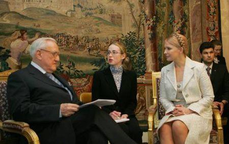 """На встрече с главой сената Франции Кристианом Понселе Тимошенко  подчеркнула, значительную перспективу имеет программа привилегированного партнерства, которую вполне реально заключить между ЕС и Украиной.  """"Неоднозначное отношение к расширению ЕС внутри самих стран ЕС не дает Украине гарантии скорого вступления в это объединение, поэтому мы должны пользоваться всеми шансами. А упомянутая программа является таким шансом"""", - отметила Ю.ТИМОШЕНКО."""