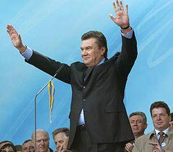 Виктор Янукович приветствует своих сторонников во время Форума национального единства на Европейской площади. Киев, 30 марта