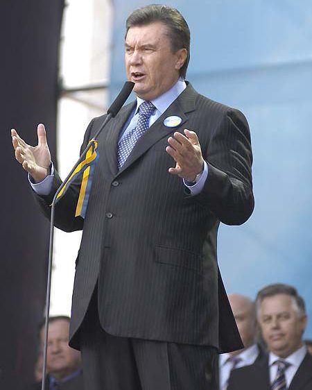 Лидера ПР Виктора Януковича, который зашел на митинг между двумя встречами со своим тезкой - Президентом Ющенко встретили аплодисментами и нестройными выкриками