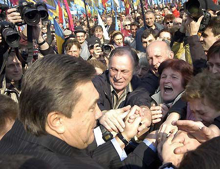 Виктор Янукович довольно удачно сходил в народ. В желающих подержаться за премьера недостатка не было