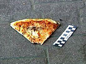 """А это - тот самый кусок пиццы, которым """"заминировали"""" банк"""