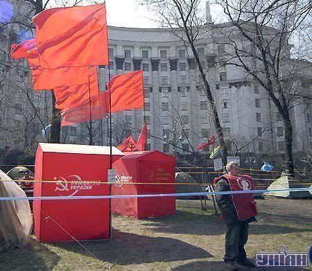 Но наилучший вид на здание Кабмина открывается из коммунистической части лагеря