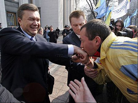 "Вот таким вот макаром сторонники премьера Януковича ""общаются"" со своим кумиром. Фото Рейтер / Фраза"