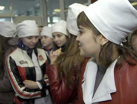 Студентки-медики, пока ждали мэра, здорово промёрзли на улице. Но тот на девушек в белых халатах даже не взглянул