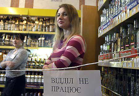 Девушки-продавцы грудью стали на защиту алкогольного отдела