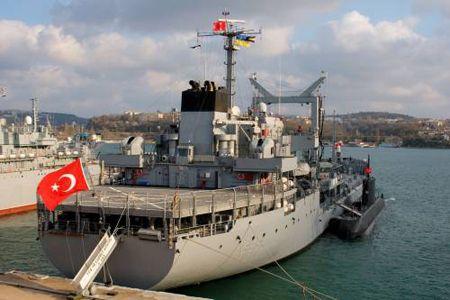 Танкер ВМФ Турции «Ярбай Кудрет Гюнгер» и подводная лодка «Буракрейс» в Севастополе в пятницу, 6 апреля в 2007 г. В этот день в Севастопольскую бухту также вошел фрегат «Салихрейс». Группа кораблей, как часть военно-морских сил НАТО, прибыла в Севастополь с трехдневным дружеским визитом в соответствии с планом международного военного сотрудничества министерств обороны Украины и Турции.