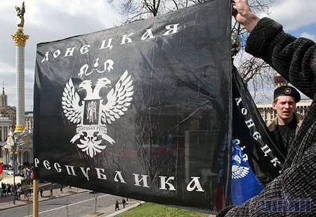 """Прибічники коаліції у середу вийшли на Майдан з прапором """"Донецької Республіки"""". Фото УНІАН"""