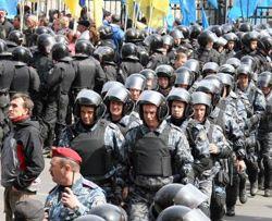 Сотрудники милиции следят за порядком во время блокировки входа к зданию Конституционного Суда Украины. Киев, 18 апреля