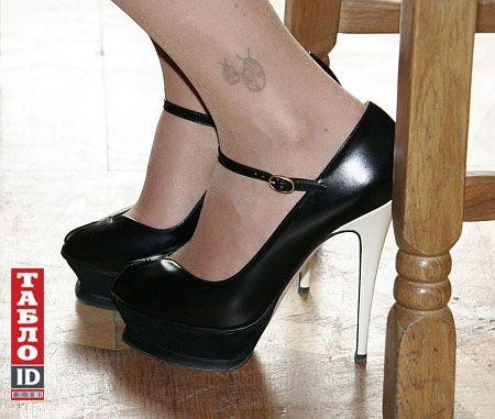 Показала татуювання на нозі фото