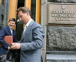 Николай Онищук и Иван Васюник в перерыве заседания оппозиции и коалиции. Киев, 25 апреля