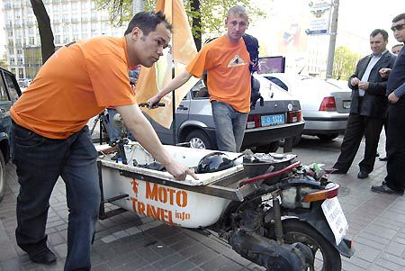 Водителя и пассажира двигателю мотороллера, который двигает мотованну, тянуть тяжеловато. Но парней это не очень беспокоит