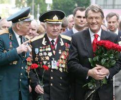 Віктор Ющенко йде в колоні з ветеранами перед початком церемонії покладання квітів до пам'ятника Невідомому солдатові. Київ, 9 травня