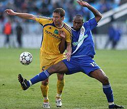 Діого Рінкон бореться за м`яч з Олександром Бабичем