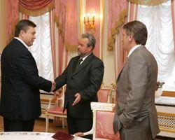 Віктор Ющенко спостерігає, як вітаються Віктор Янукович і новопризначений секретар РНБО Іван Плющ перед початком зустрічі за підсумками переговорів робочої групи. Київ, 12 травня