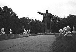 Парк, в котором собраны памятники Ленина и Маркса на реке Иртыш в Сибири. Фото Виктора Суворова