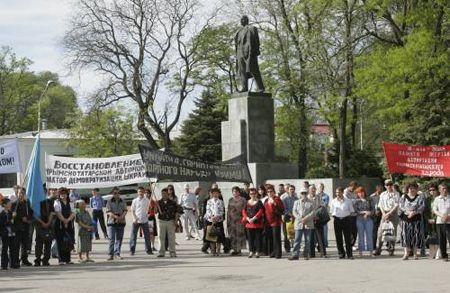 В Симферополе проходит Всекрымский траурный митинг в день 63-й годовщины сталинской депортации крымско-татарского народа с территории Крыма в 1944 году.
