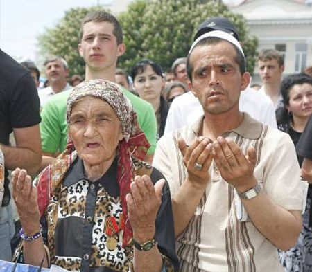 На главной площади Симферополя проходит Всекрымский траурный митинг в день 63-й годовщины сталинской депортации крымско-татарского народа с территории Крыма в 1944 году.