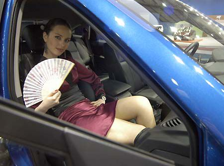 Китайцам тоже ничего не оставалось, как украшать автомобили фотомоделями