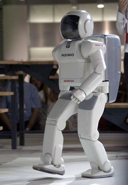 А вот японцы демонстрировали другое - технологические игрушки, чем собирали значительно больше зрителей