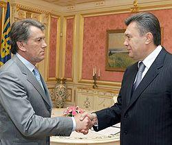 Виктор Ющенко и Виктор Янукович здороваются во время встречи. Киев, 23 мая